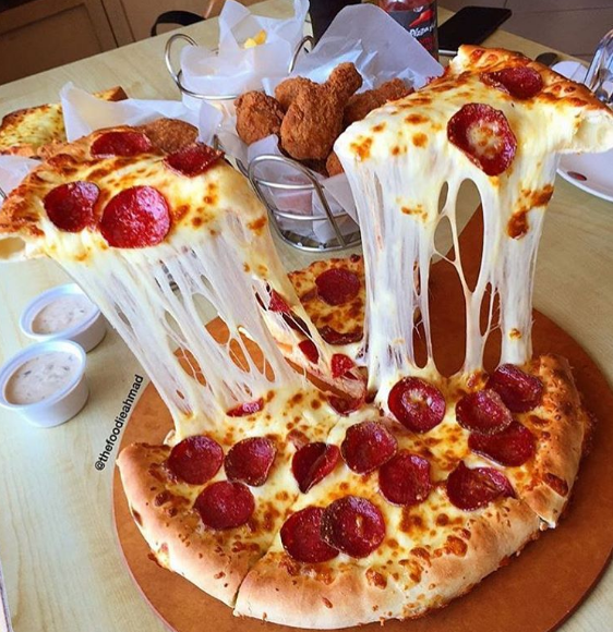 12 Reasons Pizza Is Our *real* Valentine